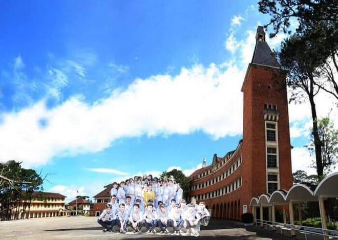 Những tấm hình bá đạo từ chuyến du lịch trong giấc mơ của một lớp học khiến dân mạng bàn tán - ảnh 4