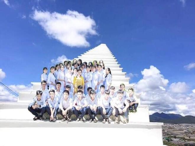 Những tấm hình bá đạo từ chuyến du lịch trong giấc mơ của một lớp học khiến dân mạng bàn tán - ảnh 1