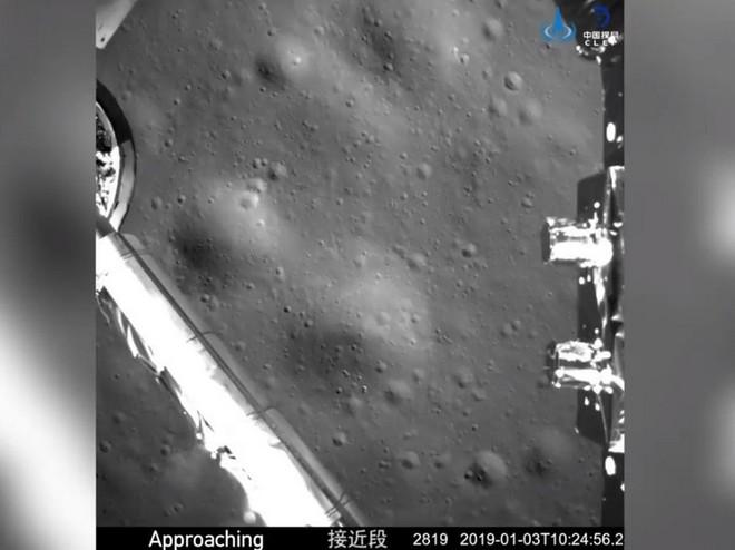 Hình ảnh tàu thăm dò Hằng Nga 4 đang dần tiếp cận bề mặt vùng tối của Mặt Trăng