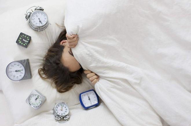 Mất ngủ, mệt mỏi thường xuyên: 6 thủ phạm khiến bạn thao thức suốt đêm, rã rời cả ngày - Ảnh 2.
