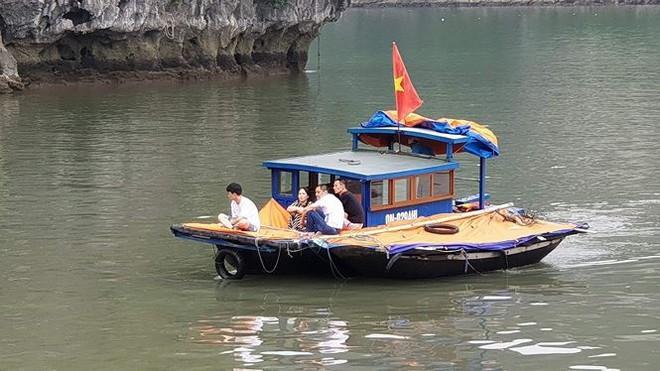Xuồng mang BKS Biên phòng chở khách chui trên vịnh Hạ Long - Ảnh 2.