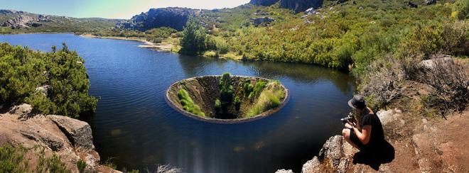 Chiếc hố nằm giữa hồ nước kỳ lạ này là cả một công trình trí tuệ hiếm có của nhân loại - Ảnh 1.