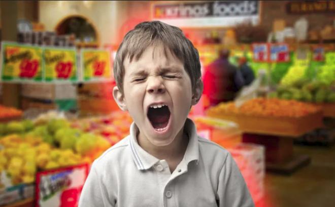 """Con trai quấy khóc đòi mua đồ, người mẹ có """"chiêu độc"""" để con ngoan ngoãn sau 10 phút"""