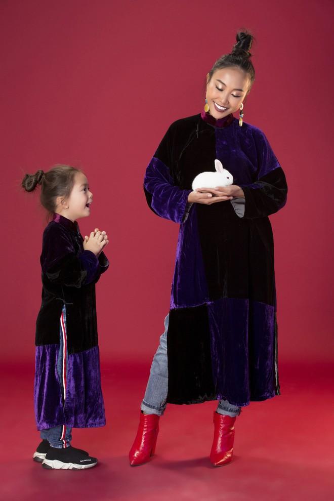 Con gái 5 tuổi của Đoan Trang tạo dáng chuyên nghiệp hơn cả mẹ - Ảnh 1.