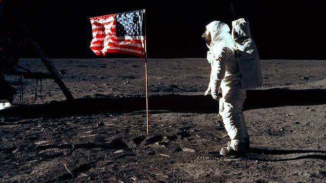 Vì sao có đến 76% người Nga không tin rằng người Mỹ đã đổ bộ lên Mặt trăng? - Ảnh 1.