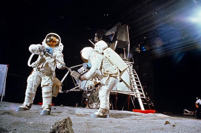 Vì sao có đến 76% người Nga không tin rằng người Mỹ đã đổ bộ lên Mặt trăng? - Ảnh 2.