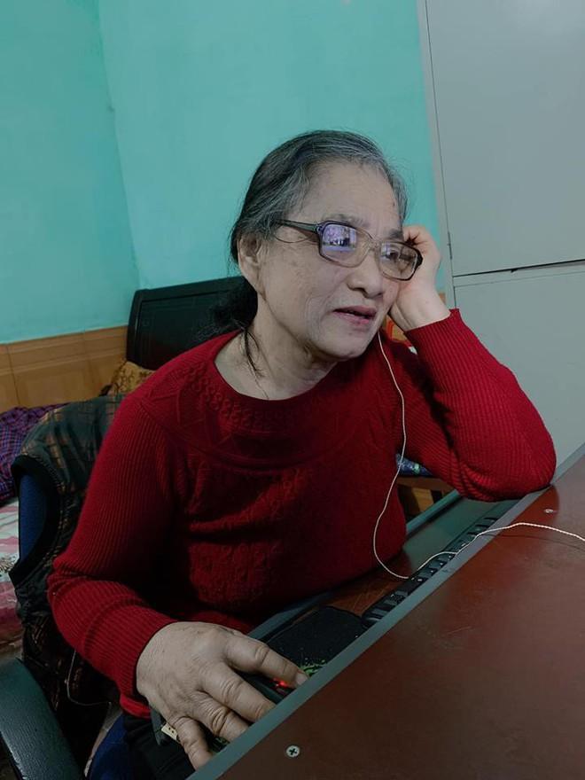 Hình ảnh người bà gần 80 tuổi mắc bệnh ung thư vẫn mê mẩn chơi điện tử trên máy tính gây sốt - Ảnh 1.