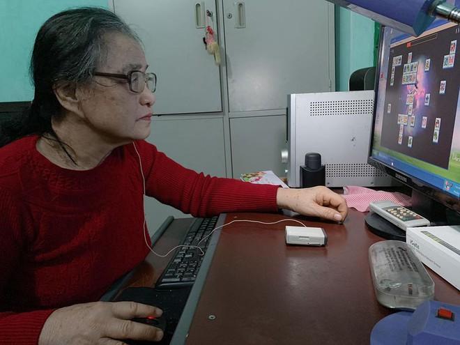 Hình ảnh người bà gần 80 tuổi mắc bệnh ung thư vẫn mê mẩn chơi điện tử trên máy tính gây sốt - Ảnh 3.