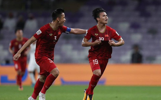 """CĐV Châu Á trầm trồ: """"ĐT Việt Nam là siêu nhân, bàn thắng của Quang Hải như Messi đá phạt"""""""