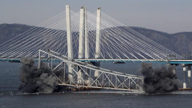 Cầu New York bị bom đánh sập trong tích tắc - Ảnh 2.