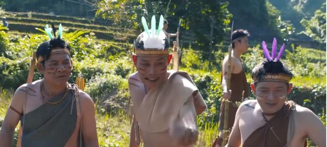 Khán giả bức xúc với phim Tết của Quang Tèo, Chiến Thắng thô tục, hở hang giống phim khiêu dâm - Ảnh 1.