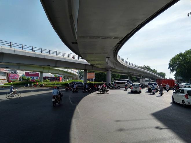Cận cảnh cầu vượt 'giải cứu' kẹt xe ở cửa ngõ sân bay Tân Sơn Nhất - Ảnh 1.