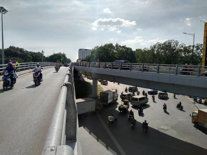 Cận cảnh cầu vượt 'giải cứu' kẹt xe ở cửa ngõ sân bay Tân Sơn Nhất - Ảnh 2.