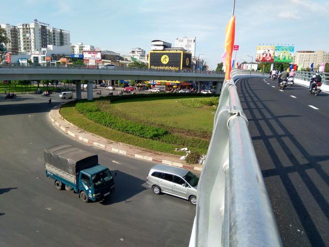 Cận cảnh cầu vượt 'giải cứu' kẹt xe ở cửa ngõ sân bay Tân Sơn Nhất - Ảnh 3.