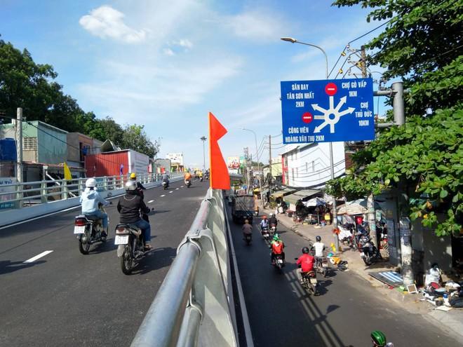 Cận cảnh cầu vượt 'giải cứu' kẹt xe ở cửa ngõ sân bay Tân Sơn Nhất - Ảnh 5.