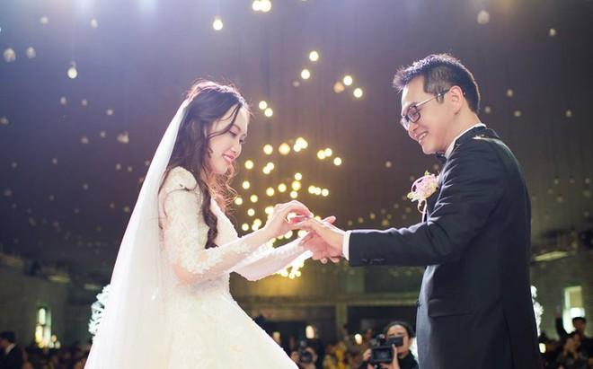Clip: Khoảnh khắc ngọt ngào trong đám cưới của NSND Trung Hiếu ở tuổi 46 với bà xã kém gần 2 con giáp - Ảnh 7.