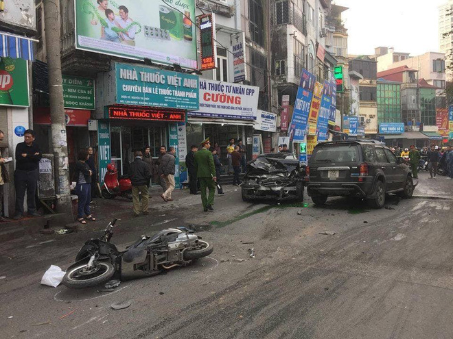 Clip vụ xe điên lao kinh hoàng trên phố Hà Nội chiều nay - Ảnh 3.