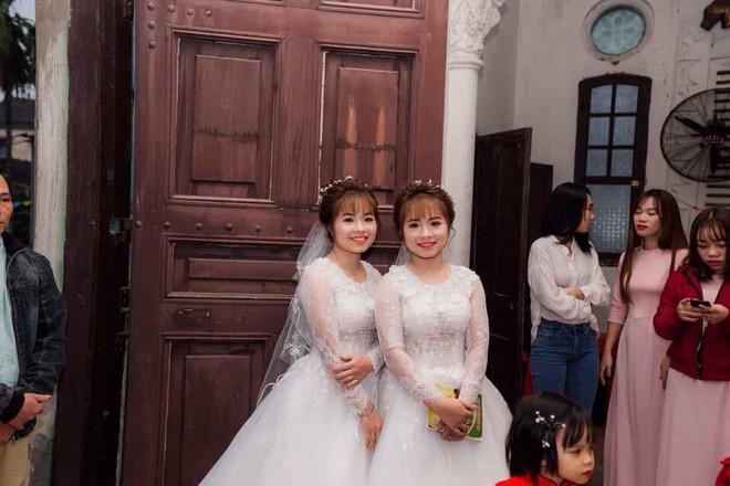 Xôn xao hình ảnh chị em sinh đôi cưới cùng một ngày: Hai chú rể chắc phải đánh dấu' - Ảnh 3.