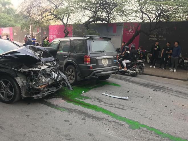 Clip vụ xe điên lao kinh hoàng trên phố Hà Nội chiều nay - Ảnh 4.