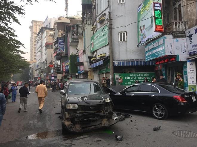 Clip vụ xe điên lao kinh hoàng trên phố Hà Nội chiều nay - Ảnh 5.