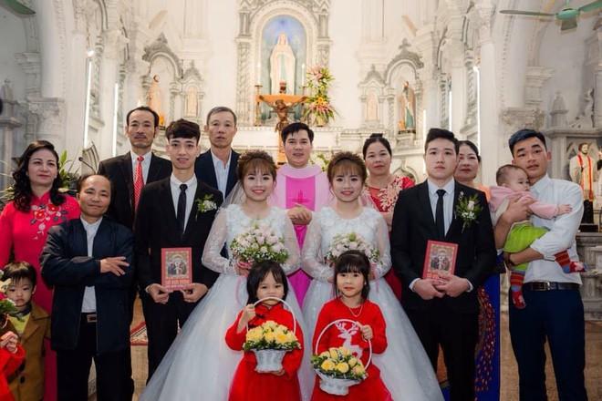 Xôn xao hình ảnh chị em sinh đôi cưới cùng một ngày: Hai chú rể chắc phải đánh dấu' - Ảnh 4.
