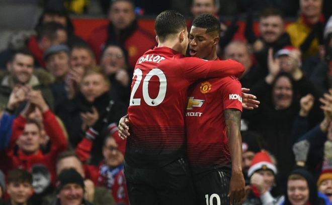Pogba mở màn, sao trẻ rực sáng, Man United thắng dễ