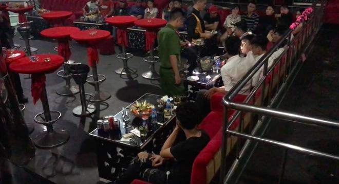 Cảnh sát đột kích bar 162 ở Sài Gòn, phát hiện gần 150 người xăm trổ nghi phê ma túy - Ảnh 2.