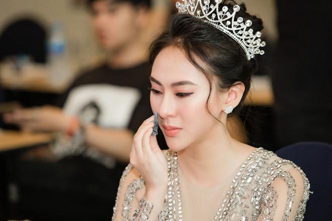 Hoa hậu Thu Hoàng xúc động trong tiệc mừng danh hiệu - Ảnh 7.