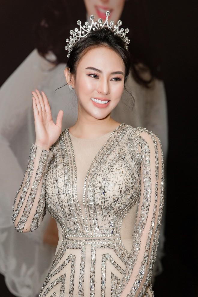 Hoa hậu Thu Hoàng xúc động trong tiệc mừng danh hiệu - Ảnh 1.
