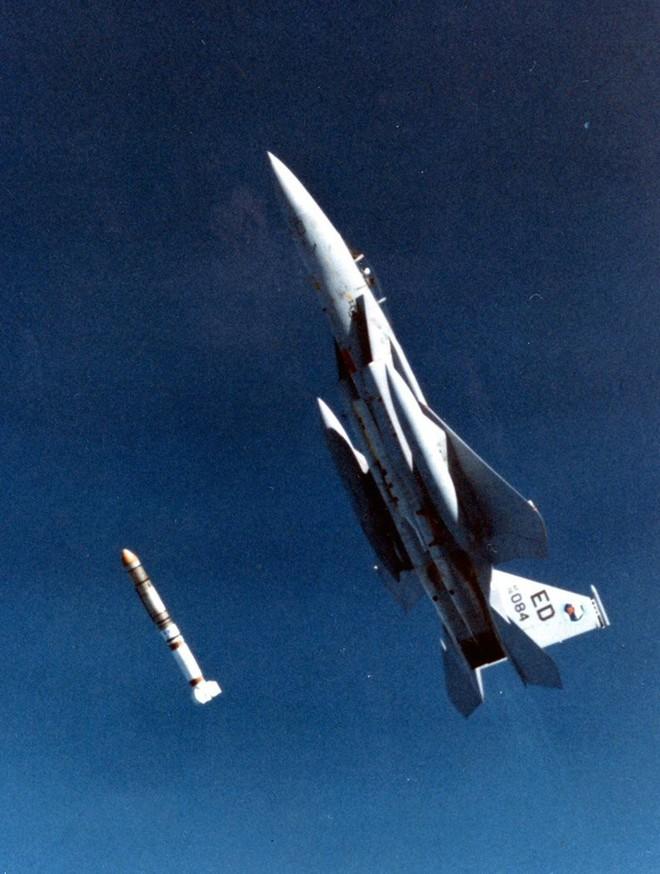 Tiêm kích F-15 Mỹ ra đòn, vệ tinh Nga có thể rụng như sung? - Ảnh 2.