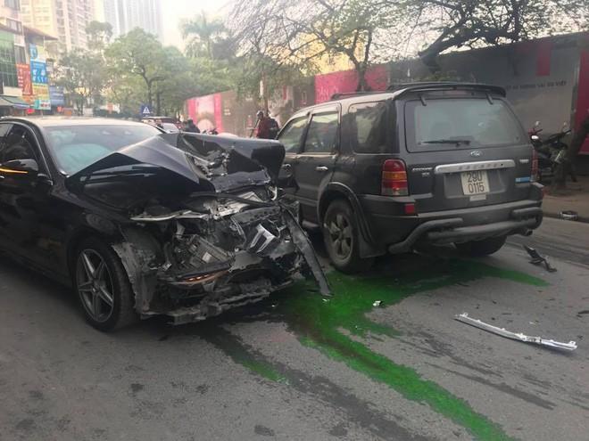 Xe điên tông nhiều xe máy, ô tô trên phố Hà Nội, cụ bà tử vong tại chỗ - Ảnh 3.