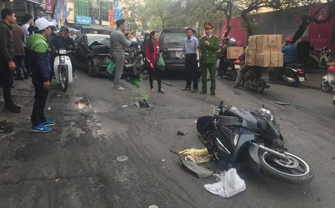"""""""Xe điên"""" tông nhiều xe máy, ô tô trên phố Hà Nội, cụ bà tử vong tại chỗ"""