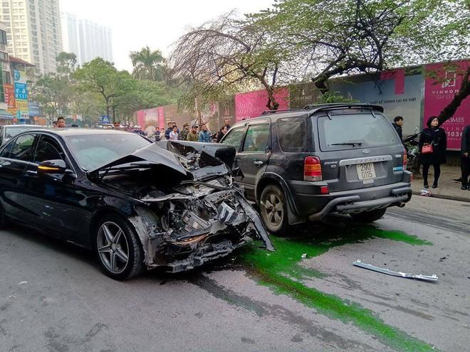 Nhân chứng vụ tông xe liên hoàn trên phố Ngọc Khánh: Tài xế bước ra khóc rưng rức - Ảnh 1.