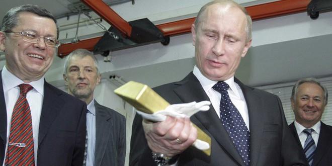 Năm 2018, dự trữ vàng của Nga vượt mặt TQ: Có tấm khiên này, Nga không còn sợ Mỹ trừng phạt? - Ảnh 2.