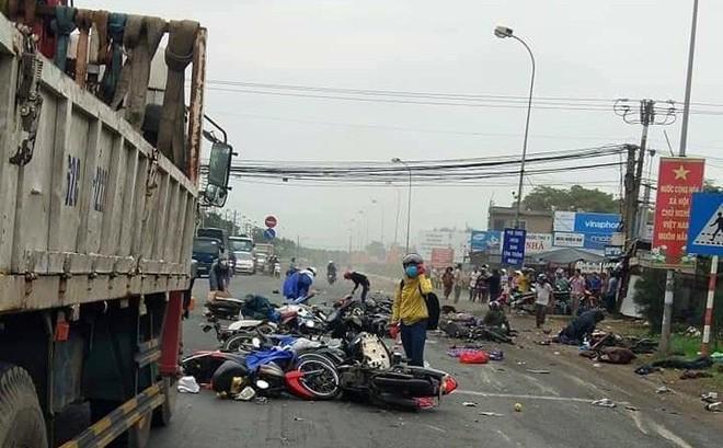 Xe container nghiền nát đoàn xe dừng đèn đỏ ở Bến Lức: Hiện trường kinh hoàng