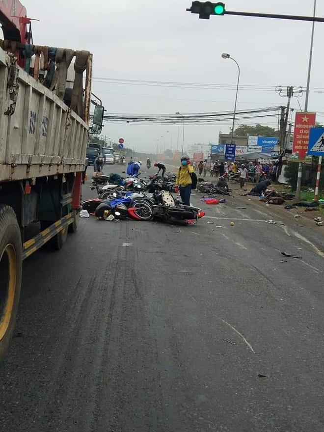 Xe container lao vào đoàn người dừng đèn đỏ, nạn nhân nằm la liệt, 6 người chết - Ảnh 4.