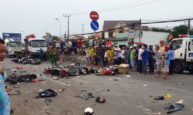 Vụ tai nạn kinh hoàng ở Long An: Chiếc xe container tông thẳng vào, không ai kịp trở tay - Ảnh 1.