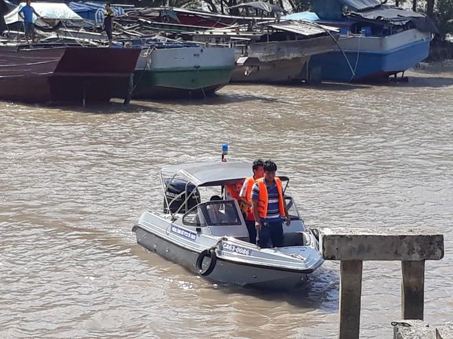 Sà lan chở cát chìm trên sông Tiền, 3 người mất tích - Ảnh 3.