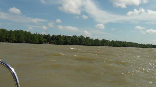 Sà lan chở cát chìm trên sông Tiền, 3 người mất tích - Ảnh 1.