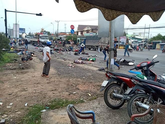 Xe container lao vào đoàn người dừng đèn đỏ, nạn nhân nằm la liệt, 6 người chết - Ảnh 3.