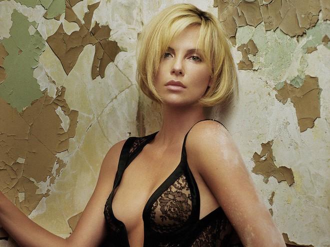 Mẹ ruột bắn chết bố và cuộc đời ly kỳ của bạn gái mới Brad Pitt - mỹ nhân xinh đẹp nhất thế kỷ 21 - Ảnh 2.