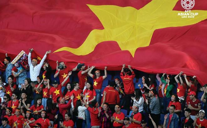 Cựu sao Ngoại hạng Anh chia sẻ clip nhảy múa của Văn Lâm, Hải Quế, chúc mừng Việt Nam chiến thắng