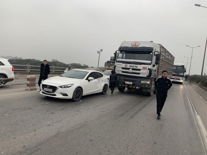 2 vụ tai nạn liên tiếp trong vòng 1 tiếng, cầu Thanh Trì ùn tắc hàng dài ngày cuối tuần - Ảnh 2.