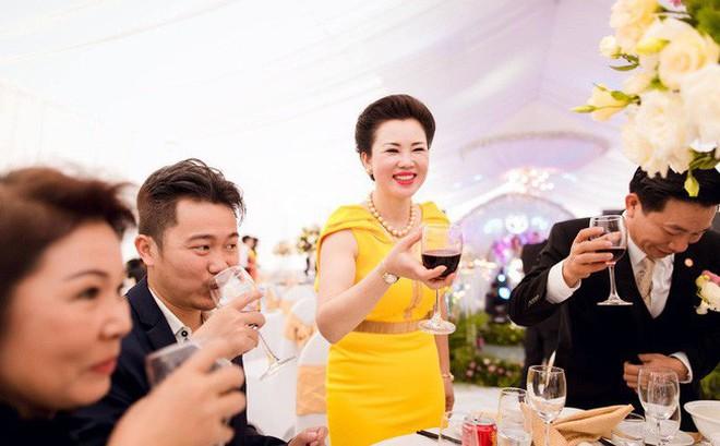 Cô dâu trong đám cưới 200 cây vàng ở lâu đài xinh đẹp, nhưng nhan sắc của người mẹ mới thật đáng ngưỡng mộ