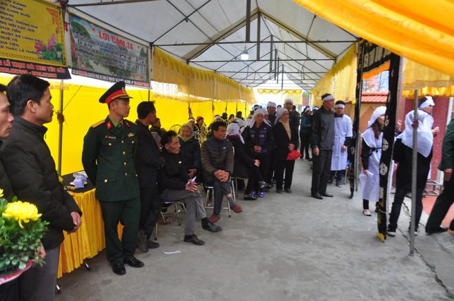 Khăn trắng phủ kín thôn Lương Xá Nam sau vụ tai nạn giao thông làm 8 cán bộ tử vong - Ảnh 6.