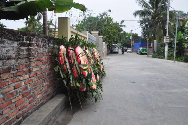 Khăn trắng phủ kín thôn Lương Xá Nam sau vụ tai nạn giao thông làm 8 cán bộ tử vong - Ảnh 2.
