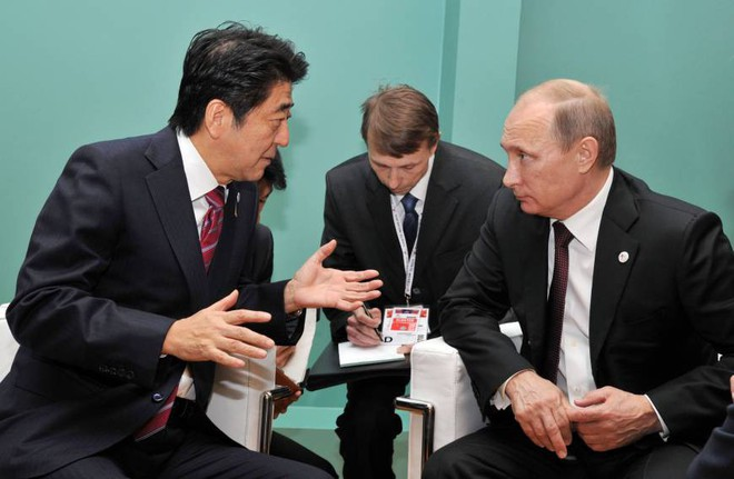 Trong 6 năm gặp nhau 25 lần: Ông Putin đã thả mồi, ông Abe quyết giữ chắc con chim sẻ - Ảnh 2.