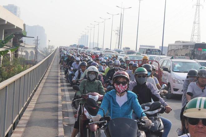 Ùn tắc kinh hoàng trên cầu Sài Gòn, hàng nghìn người chen chúc trong nắng nóng ngày cận Tết  - Ảnh 2.