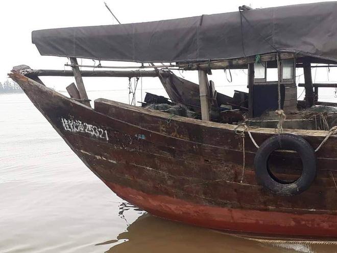 Tàu cá không người lái của nước ngoài dạt vào bờ biển ở Hà Tĩnh - Ảnh 1.