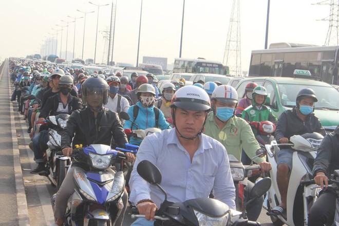 Ùn tắc kinh hoàng trên cầu Sài Gòn, hàng nghìn người chen chúc trong nắng nóng ngày cận Tết  - Ảnh 8.